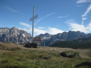 Von der Hochalm Pralongia aus bietet sich ein herrlicher Rundumblick auf die Dolomitenstöcke; Foto: Heiner Sieger