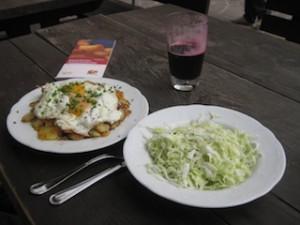 Wandern macht hungrig: Bratkartoffeln mit Speck, Spiegelei sowie selbst gemachtem Krautsalat und Johannisbeersaft; Foto: Heiner Sieger