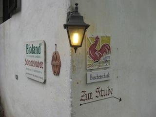 """Mit dem Markenzeichen """"Roter Hahn"""" garantiert der Südtiroler Bauernbund für hohe Qualität, Foto: Heiner Sieger"""