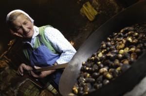 """Jeder Hof hat seine eigene Methode der Zubereitung für die herrlich leckeren """"Keschtn"""", Foto: mk_salzburg"""