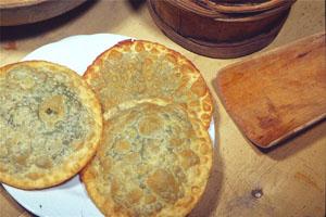 Kann deftig serviert werden, oder, wie beim Törggelen, als süße Nachspeise: die Tirtelen. Foto: Verkehrsamt Bozen