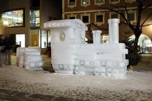 Eisskulpturen stoßen bei Kunstliebhabern und Neugierigen auf großes Interesse.