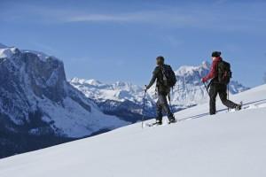 Im Gadertal lassen sich beim Schneeschuhwandern herrliche Höfe und Panoramen entdecken: Foto: Roter Hahn