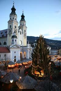 Zu Füßen des Doms lässt es sich zur Weihnachtszeit  herrlich bummeln.  Foto: Tourismusverein Brixen