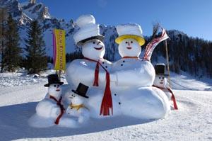 Diese Schneemannfamilie hat gut lachen: In Kürze beginnt die Skisaison. - Foto: H. Rier