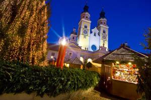 Der mächtige Dom bildet eine fantastische Kulisse für den Brixener Weihnachtsmarkt. Foto: Tourismusverein Brixen .