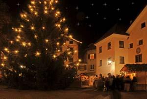 Ein festlich geschmückter Christbaum ziert die Ortsmitte von Sarnthein. Foto: Tourismusverein Sarntal
