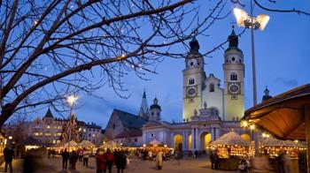 Auch für eine größere Menschenmenge geeignet ist der große Platz vor dem Dom.Foto: Tourismusverein Brixen