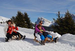 Auch mit dem Rodel kann`s rasant dem Tal entgegen gehen. Foto: Tourismusverband Eisacktal