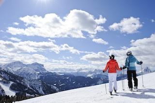 Dem Himmel so nah: Blick vom Kronplatz auf die Bergwelt der Dolomiten. Foto: Dolomiti SuperSki