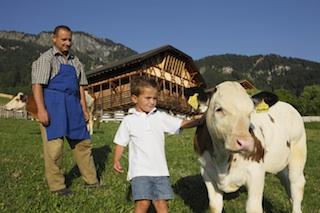 """Für Kinder bieten die Südtiroler Bauernhöfe viele Tiere als Spielgefährten, Foto Frieder Blickle/""""Roter Hahn"""""""