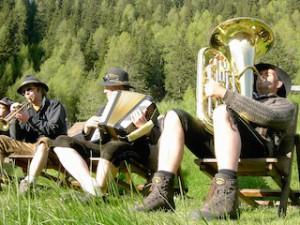 """Alm-Musik ganz lässig beim """"Tallner Sunntig"""" auf der """"Gompmalm"""", Foto: Tourismusverein Schenna"""
