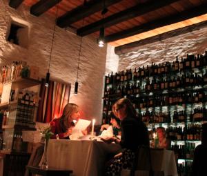 Vinothek Pillhof: Romantisches Weinambiente und feine Küche, Foto: Heiner Sieger