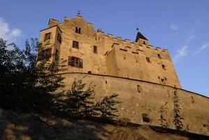 Im Schloss Bruneck werden Bergvölker aus Asien, Afrika, Südamerika und Europa vorgestellt. - Foto: Udo Bernhart