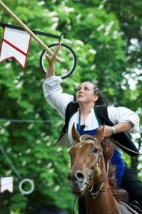 Viel Mut gehört dazu, wenn die Reiter und Reiterinnen im fliegenden Galopp versuchen, einen 2,5 Meter langen Holzstab durch hängende Ringe zu stechen. - Foto: Seiser Alm Marketing