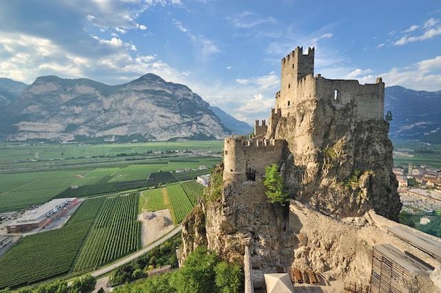 Magischer Ort mit herrlichem Ausblick: Die Haderburg bei Salurn in Südtirols Süden.