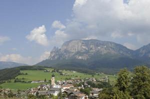Der Schlern überragt die höchste Hochalm Europas, die Seiser Alm, sowie die Mittelgebirgsterrasse von Kastelruth. Foto: Seiser Alm Marketting/Laurin Moser.