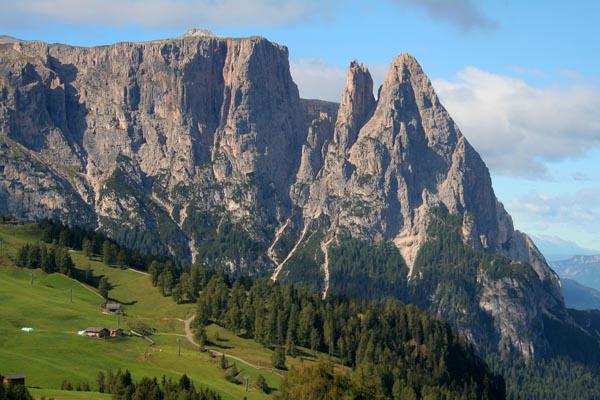 Von der Seiser Alm aus ist der Schlern (rechts die Santnerspitze) zum Greifen nah. - Foto: Tourismusverein Tiers