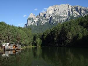 Der Schlern ist ein gewaltiges Bergmassiv, ob von Völs aus betrachtet oder vom Völser Weiher aus. - Fotos: Seiser Alm Marketting/Laurin Moser.