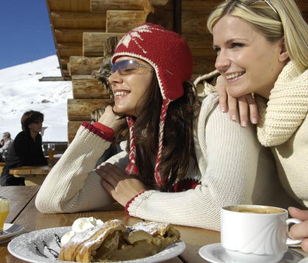 Südtiroler Apfelstrudel wird aus einem Mürbteig hergestellt. - Foto: Dolomiti Superski