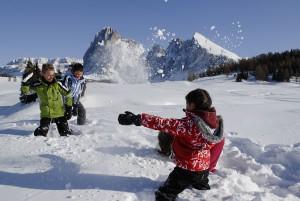 Eine Schneeballschlacht lässt Kinderherzen höher schlagen. - Seiser Alm Marketing/Laurin Moser