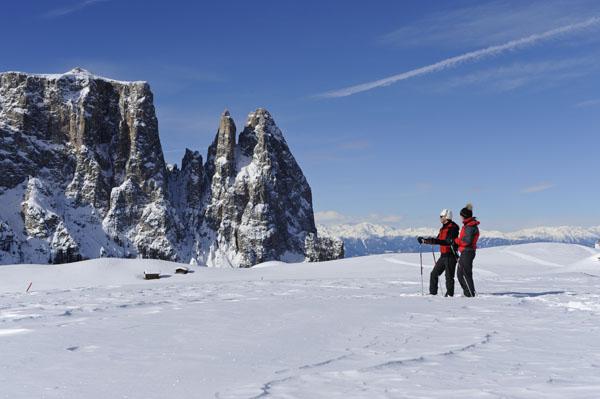 Auch Schneeschuhwanderer sind auf der Seiser Alm immer willkommen. Der Blick auf den Schlern ist ein Erlebnis für sich - Foto: Seiser Alm Marketing/Laurin Moser