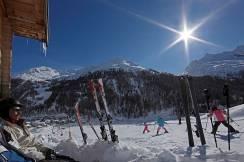 """Zahlreiche Bauernhöfe von """"Roter Hahn"""" liegen nahe einer Skipiste und bieten für die ersten Schneepflüge von Ski-Zwergerln top Bedingungen. Foto: MGM/Frieder Blickle"""