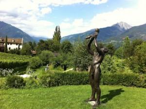 Skulptur im Garten des Gutshofs Kränzel in Algund bei Lana; Foto Heiner Sieger