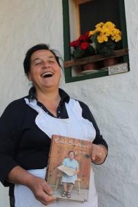 Auf Ihr stimmiges Kochbuch ist die Mali zu Recht stolz, Foto: Heiner Sieger