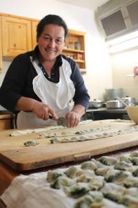 Köchin und Bäuerin Mali an ihrem Arbeitsplatz, der Küche im Baumannhof; Foto: Heiner Sieger