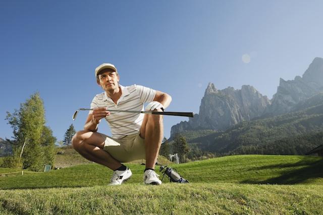 Golfen auf der Seiser Alm bietet atemberaubende Ausblicke auf die umliegenden Dolomitengipfel, Foto: Seiser Alm Marketing