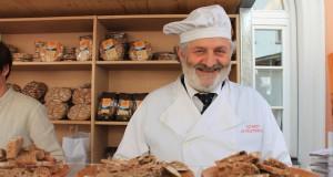 Richard Schwienbacher, Bio-Bäcker aus dem Ultental ist einer der typischen Anbieter Südtiroler Qualitätsprodukte auf dem Bozener Genussfestival; Foto: Heiner Sieger