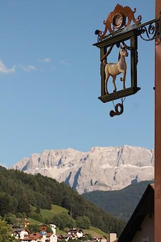 Hotel-Wappen: Das Cavallino Bianco hat direkten Zugang zum UNESCO-Weltnaturerbe Dolomiten; Foto: Heiner Sieger