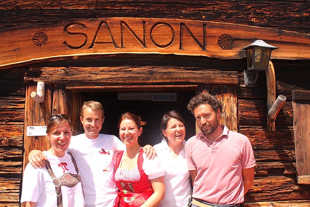 bei uns schmeckt's gut: Die netten Wirtsleute von der Sanon-Hütte auf der Seiser Alm; Foto: www.schönessüdtirol.de/Heiner SIeger