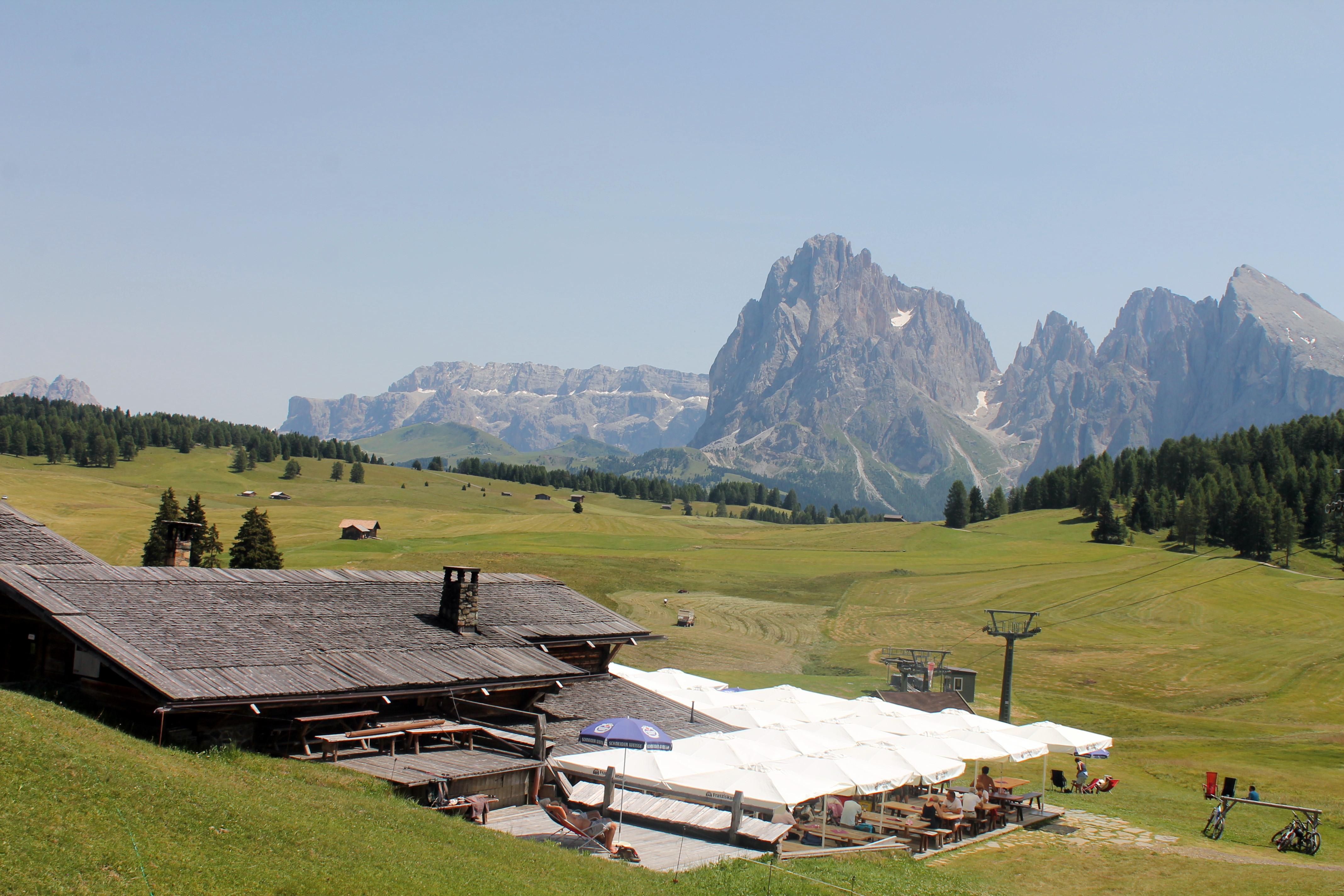 Leckeres Essen und fantastisches Panorama: Sanon-Hütte auf der Seiser-Alm, Foto: Heiner Sieger