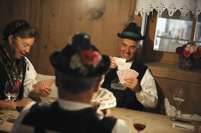 Sonntags-nacSonntags nach der Messe finden sich viele Südtiroler im Gasthaus bei einem Glas Vernatsch zum Watten ein; Foto smg, Max Lautenschlager