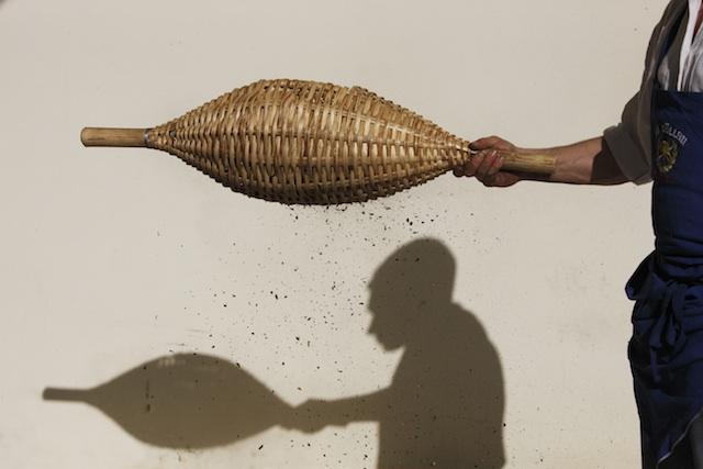 Im Keschtnriggl werden die Kastanien von der Schale befreit, Foto: Frieder Blickle
