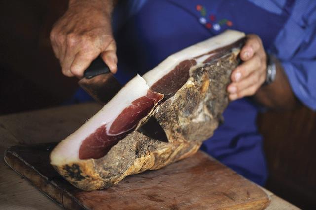 .Südtiroler Bauernspeck ist eine weit über die Landesgrenzen hinaus bekannte, regionale Spezialität. Mit Wacholder und Lorbeer mild geräuchert, wird er mit Schüttelbrot oder Paarlbrot bei einem Glas Vernatsch genossen. Foto: Max Lautenschläger, smg