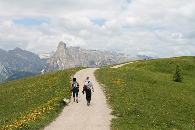 Auf gut ausgebauten Wegen geht es Richtung Ütia Bioch, im Blick den Gipfel des Sassongher, Foto; Heiner Sieger