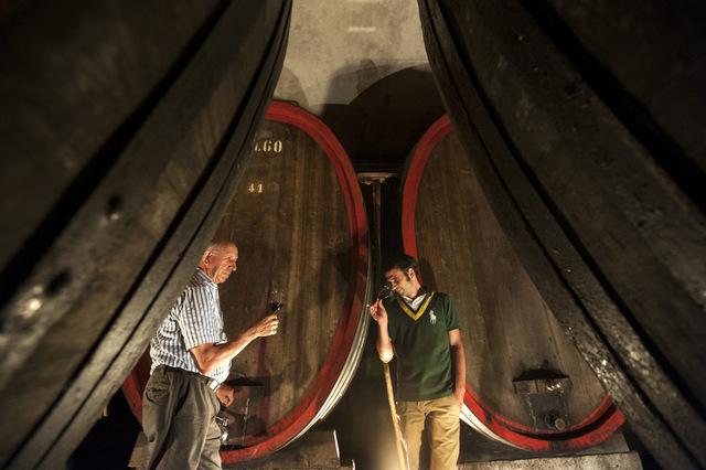 Toni und Hannes Rottensteiner bei der Arbeit im Weinkeller; Foto: Axel Filz