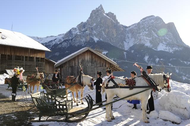 Zünftig geschmückte Kutschen; Foto: Seiser Alm Marketing_web