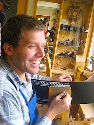 Traditionelles Handwerker, vom Vater erlernt: Ulrich Thaler, Sarntaler Federkielsticker; Foto: Heiner Sieger