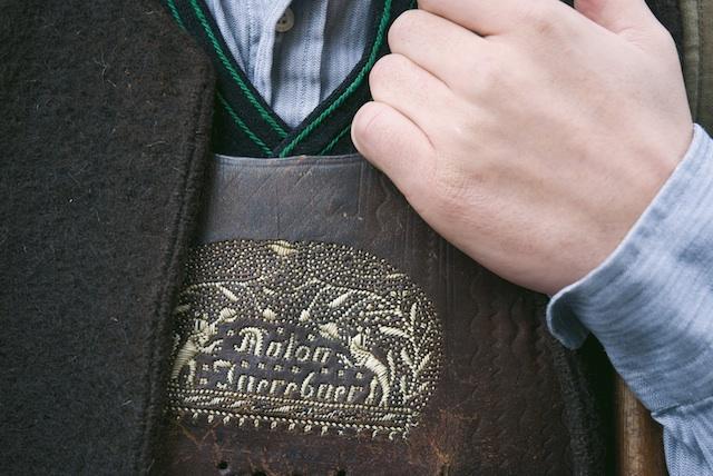 .Das bäuerlich geprägte Sarntal ist bekannt für seine Federkielstickerei. Beim Weihnachtsmarkt in Sarnthein führen die Kunsthandwerker ihr Können vor; Foto: Alex Filz, smg