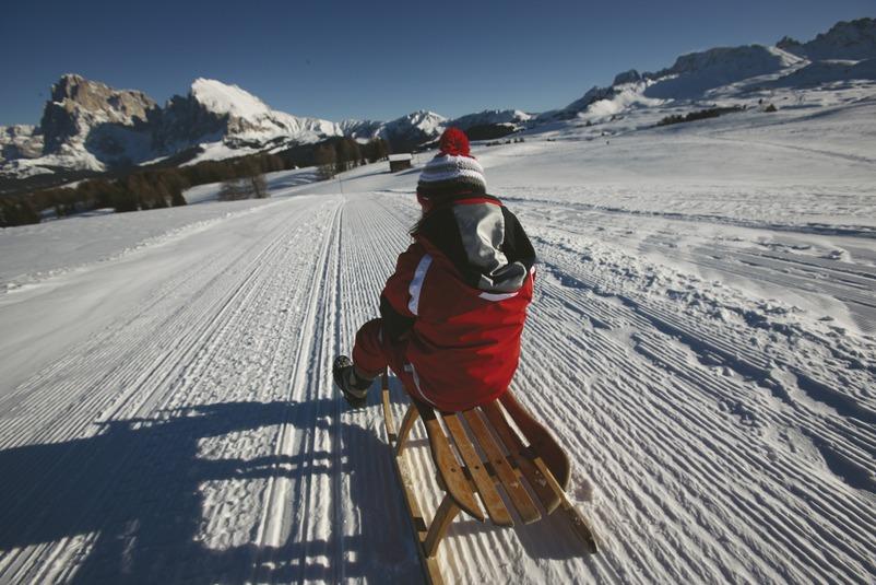 In Südtirol ermöglichen präparierte Rodelpisten lustige und rasante Abfahrten bei herrlichem Fernblick, Foto: Alessandro Trovati, smg