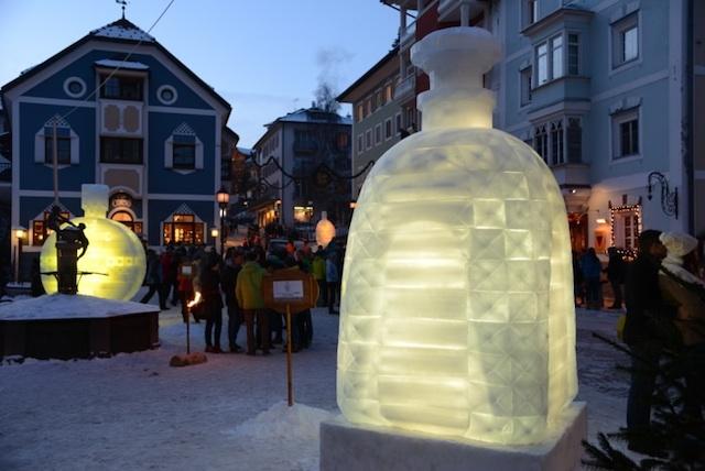 Überdimensionales Telefon aus Eis, Foto: Filip_Gröden
