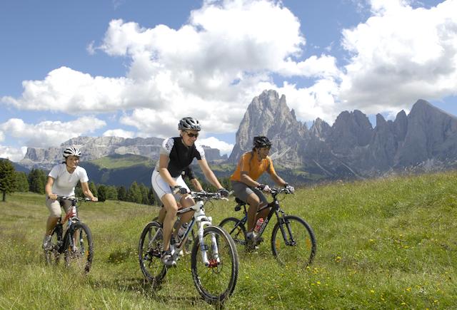 Dolomitenpanorama: Mit dem Mountainbike über die Seiser Alm, Foto: Adler Dolomiti