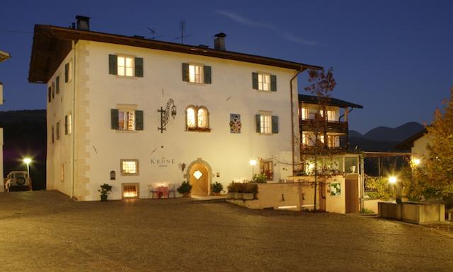 Mitten in dem idyllisch gelegenen Aldein nahe der Grenze zum Trentino steht das Gasthaus direkt neben der Kirche, Foto: Frieder Blickle