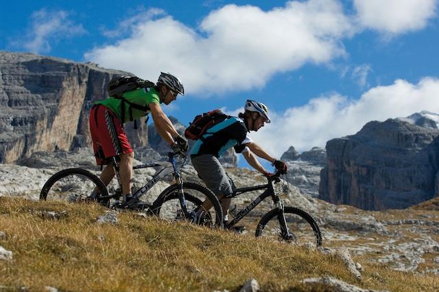 Bei der Dolomiti Lagorai MTB Challenge fahren immer zwei Mountainbiker im Team, Foto: Trentino
