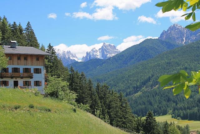 Idyll mit Blick auf die Sextener Dolomiten - der Untersteinhof in Niederdorf im Hochpustertal, Foto, Heiner Sieger