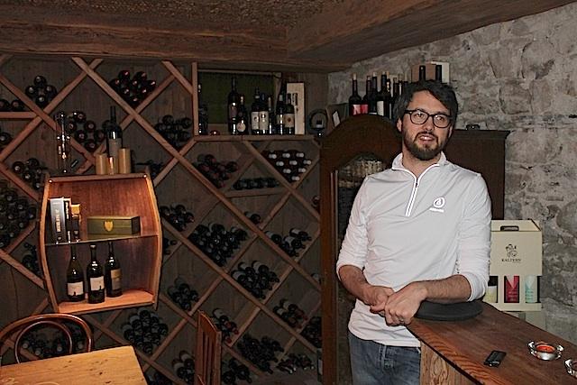 Junior-Chef Philipp Tolpeit im Weinkeller des Hauses, Foto, Heiner Sieger